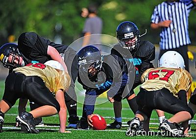 Ligne de mêlée de football américain de la jeunesse prête Image stock éditorial