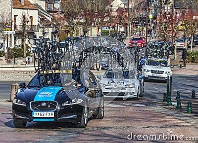 Ligne des véhicules techniques Paris 2013 agréable d équipes Image stock éditorial