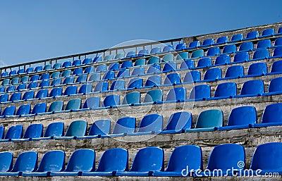 Rangées de siège vide de bleu