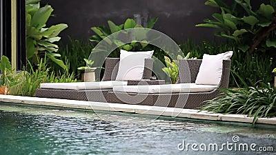 Ligstoelen dichtbij de pool stock video