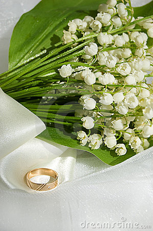 Lily-of-the-valley e anel de casamento