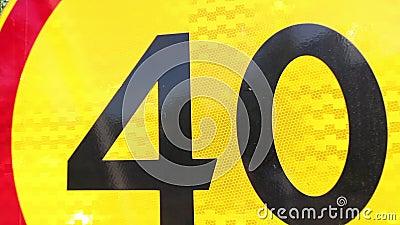 Limite di velocità di limitazione del segnale stradale Numero quaranta su un fondo giallo con una banda rossa intorno al cerchio  archivi video