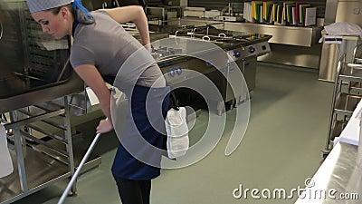 Limpiador de una cocina que limpia el piso