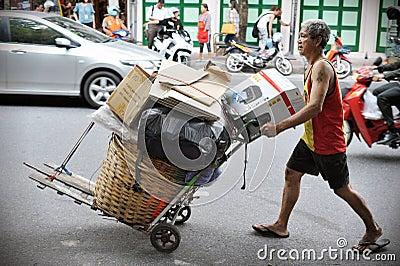 Limpiador en una calle de Bangkok Foto editorial
