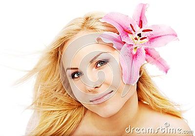 Limpie el lilium femenino de la cara