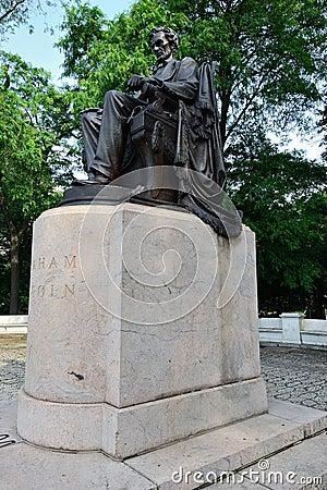 Lincoln assentado no parque de Grant