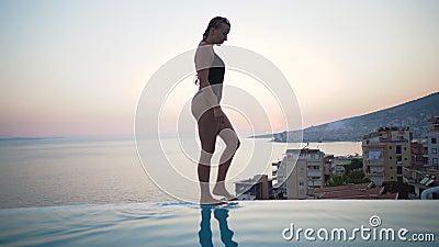 Linda biquíni no verão Menina Bikini caminhando na praia de verão Relaxamento em tropicais conceito de recurso vídeos de arquivo