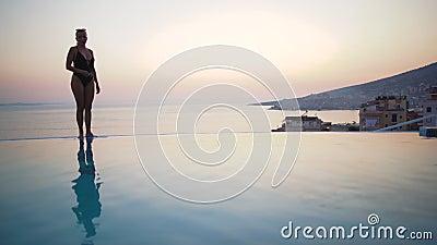 Linda biquíni no verão Menina Bikini caminhando na praia de verão Relaxamento em tropicais conceito de recurso filme