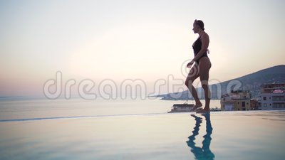 Linda biquíni no verão Menina Bikini caminhando na praia de verão Relaxamento em tropicais conceito de recurso video estoque
