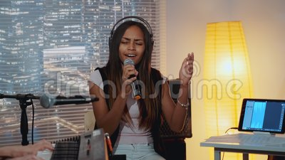 Linda negra tocando emocionalmente uma canção durante o ensaio da banda em seu estúdio de casa filme