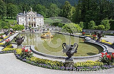 Linderhofkasteel met meer, Beieren, Duitsland. Toeristen van diff Redactionele Stock Foto