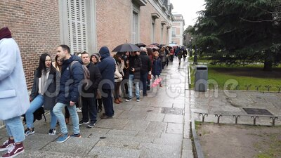 Line for Madrid`s Prado Museum stock video
