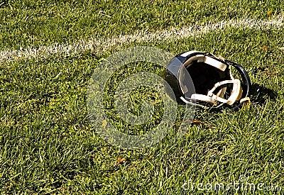 Linea di fondo e casco di gioco del calcio
