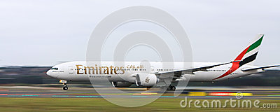 Linee aeree Boeing 777 degli emirati nel movimento Fotografia Editoriale
