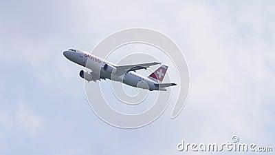 Linha aérea suíça que voa até destinos exóticos video estoque