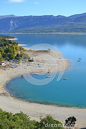 Linha costeira de um lago