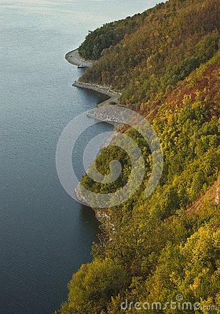 Linha costeira do outono