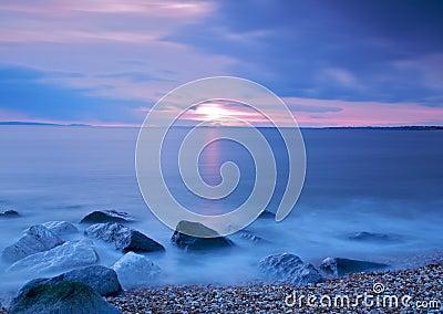Linha costeira no crepúsculo