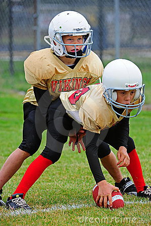 Linha da luta do futebol americano da juventude Fotografia Editorial