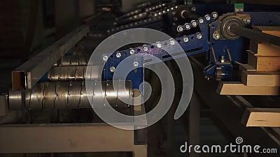 Linha de produção com roletes em lentidão na carpintaria video estoque