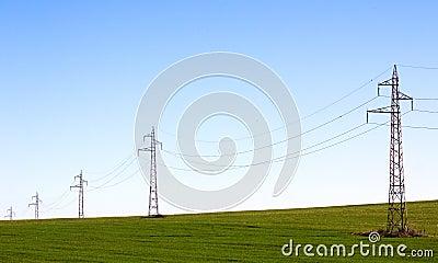 Linha elétrica no campo verde