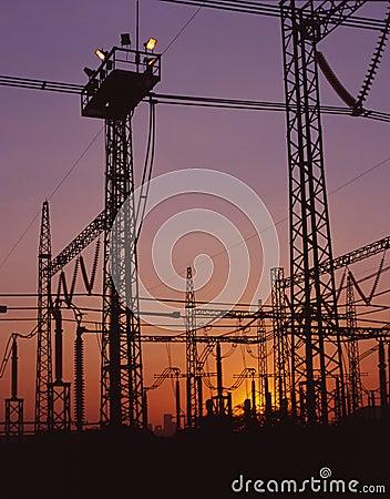 Linhas de eletricidade no crepúsculo