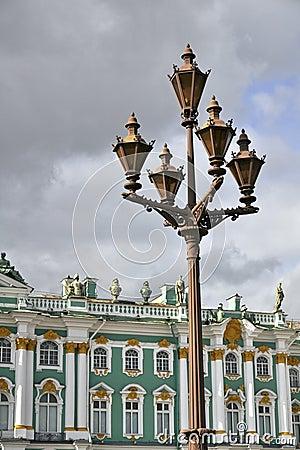 Linterna delante del palacio del invierno en St Petersburg