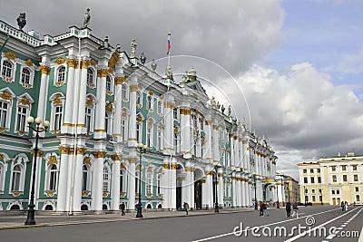 Linternas antes del palacio del invierno en St Petersburg Imagen de archivo editorial