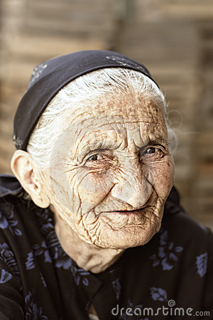 Listig blickpensionärkvinna