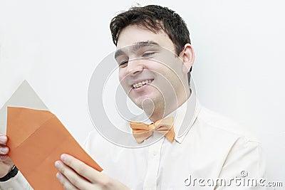 Listowego mężczyzna czytania uśmiechnięci potomstwa