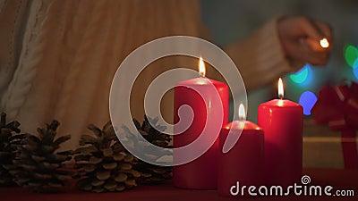 Liten förtjusande flicka som tänder stearinljus på julhelgdagsaftonen, tro i lycklig framtid stock video