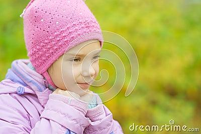 Liten flicka i hatt och omslag