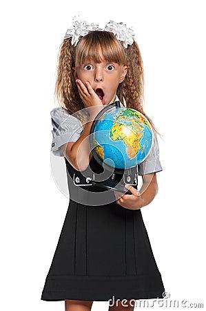 Liten flicka med jordklotet