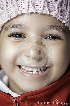Liten flicka med stort leende