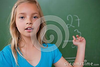 Liten schoolgirl som visar henne resultat