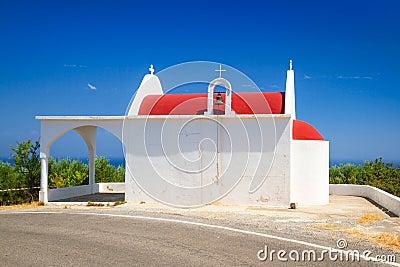 Liten vitkyrka på segla utmed kusten av Crete