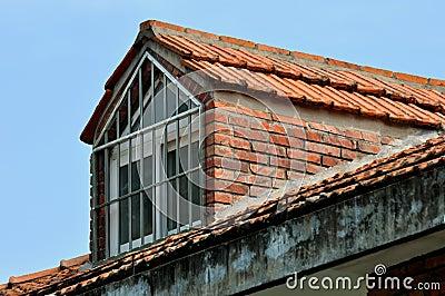 Litet loftfönster på överkanten av byggnad