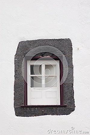 Litet purpurfärgat fönster