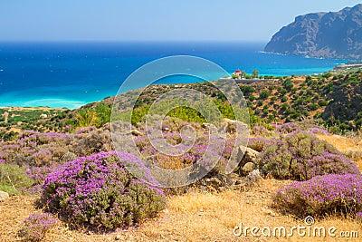 Litoral de Crete com lagoa azul