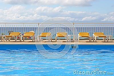 Lits pliants de piscine autour d une piscine