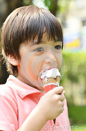 Free Little Boy Eating Icecream Summer Time Royalty Free Stock Images - 41293669