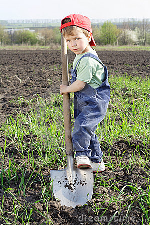 Little boy to dig on field