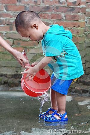 Free Little Boy Washing His Feet Royalty Free Stock Photography - 34009847