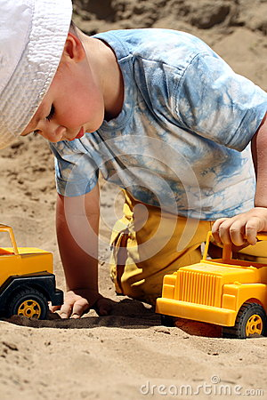 Free Little Child Play Royalty Free Stock Photo - 9990805