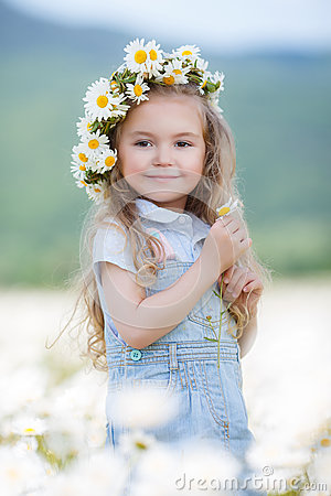 Free Little Girl In A Wreath Of White Daisies Stock Photo - 74748170