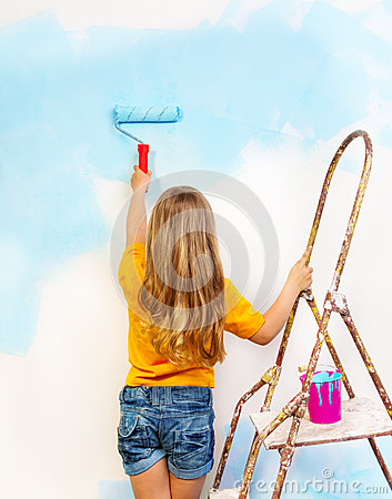 Free Little Girl Paints The Wall Standing On A Ladder Royalty Free Stock Photos - 42628578