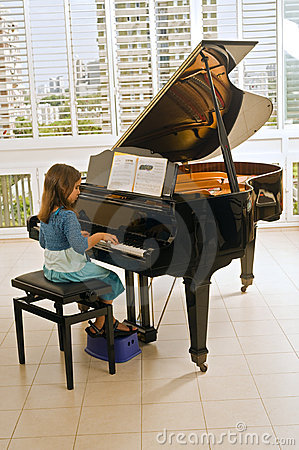 Free Little Girl Playing The Piano Stock Images - 6580844