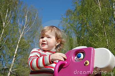 The little girl plays attractions