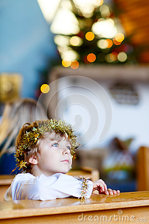 Free Little Kid Boy Playing An Angel Of Christmas Story In Church Stock Photo - 73036610