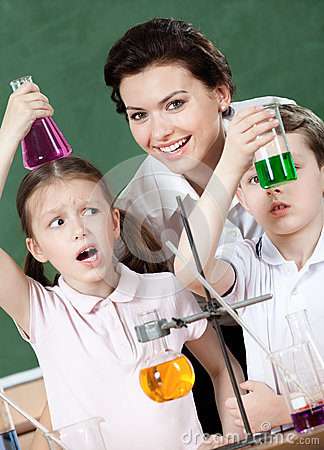 Little pupils wonder at the result of experiment